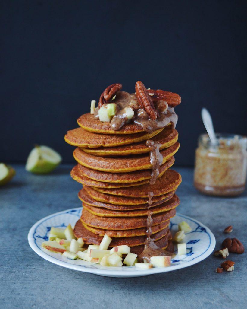 Svampede pandekager med græskar og æble
