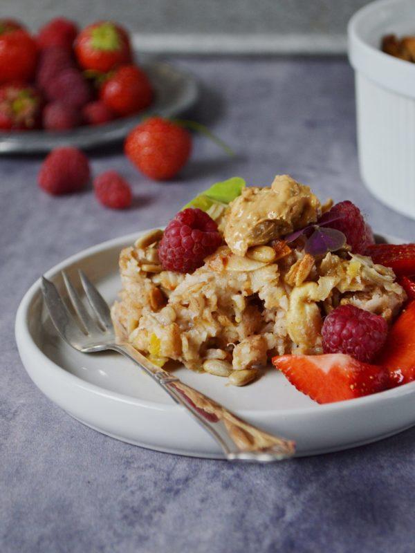 Bagt grød med kokos, sprøde nødder og bær!