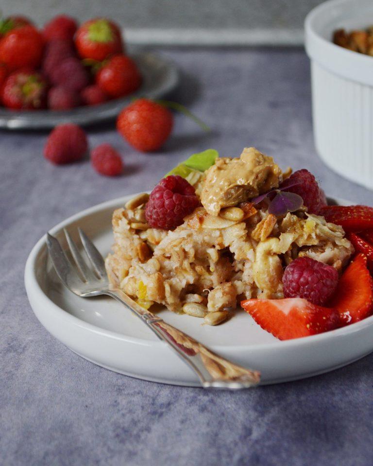Bagt grød med kokos, sprøde nødder og friske bær!