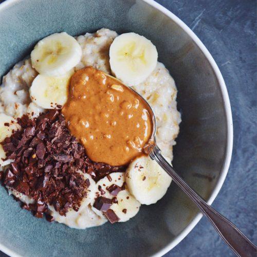 Grød med peanutbutter, mørk chokolade og banan 1