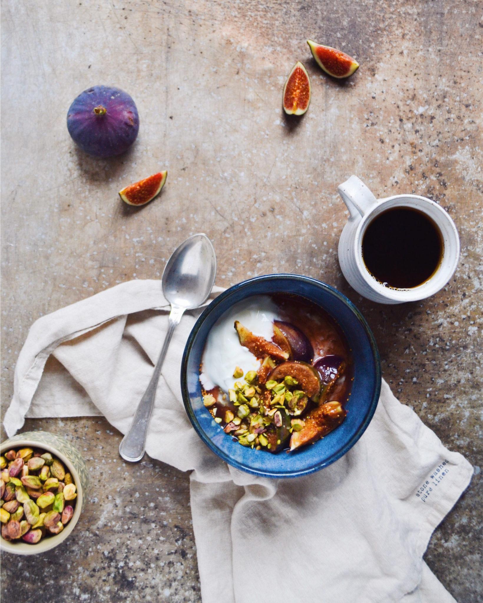 Havregrød med bagte figner, pistacienødder og skyr