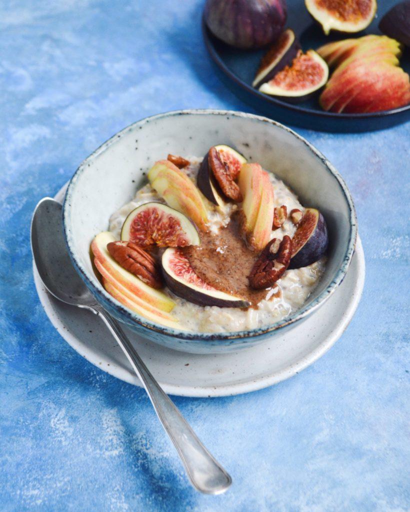 Bircher mysli med pekannødder, figner og æbler
