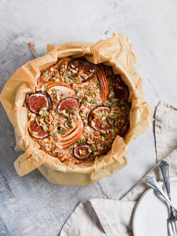 Bagt grød med tahin, efterårsfrugter og en sprød top!