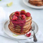 speltpandekager med flødeost, lime og bær