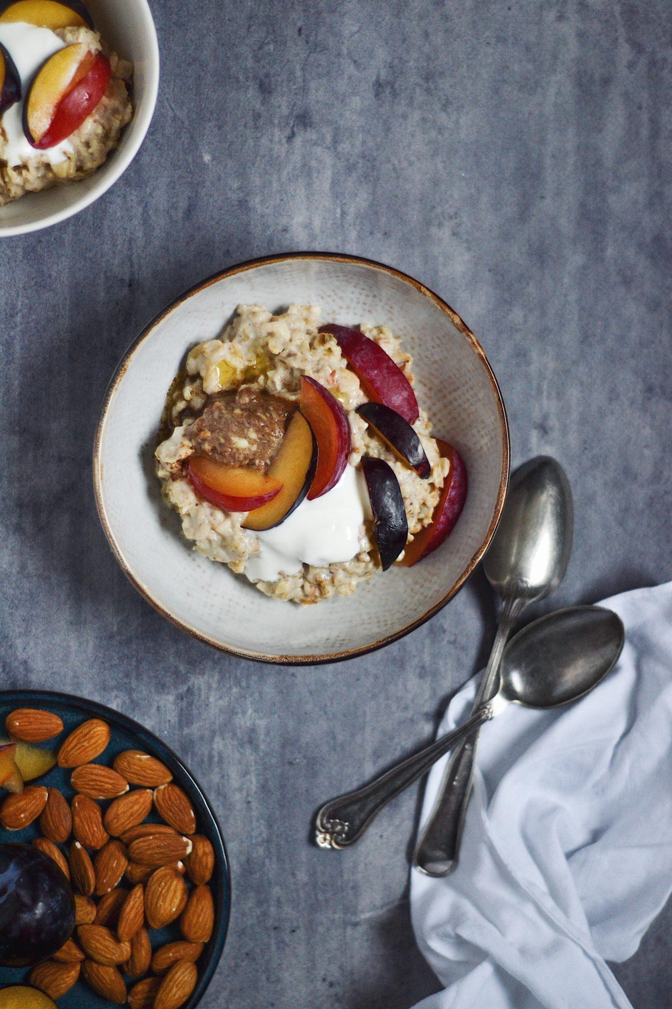Mandelgrød med kanelsmør, blommer og skyr 10 favoritter // efterårsgrød
