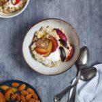 Mandelgrød med kanelsmør, blommer og skyr