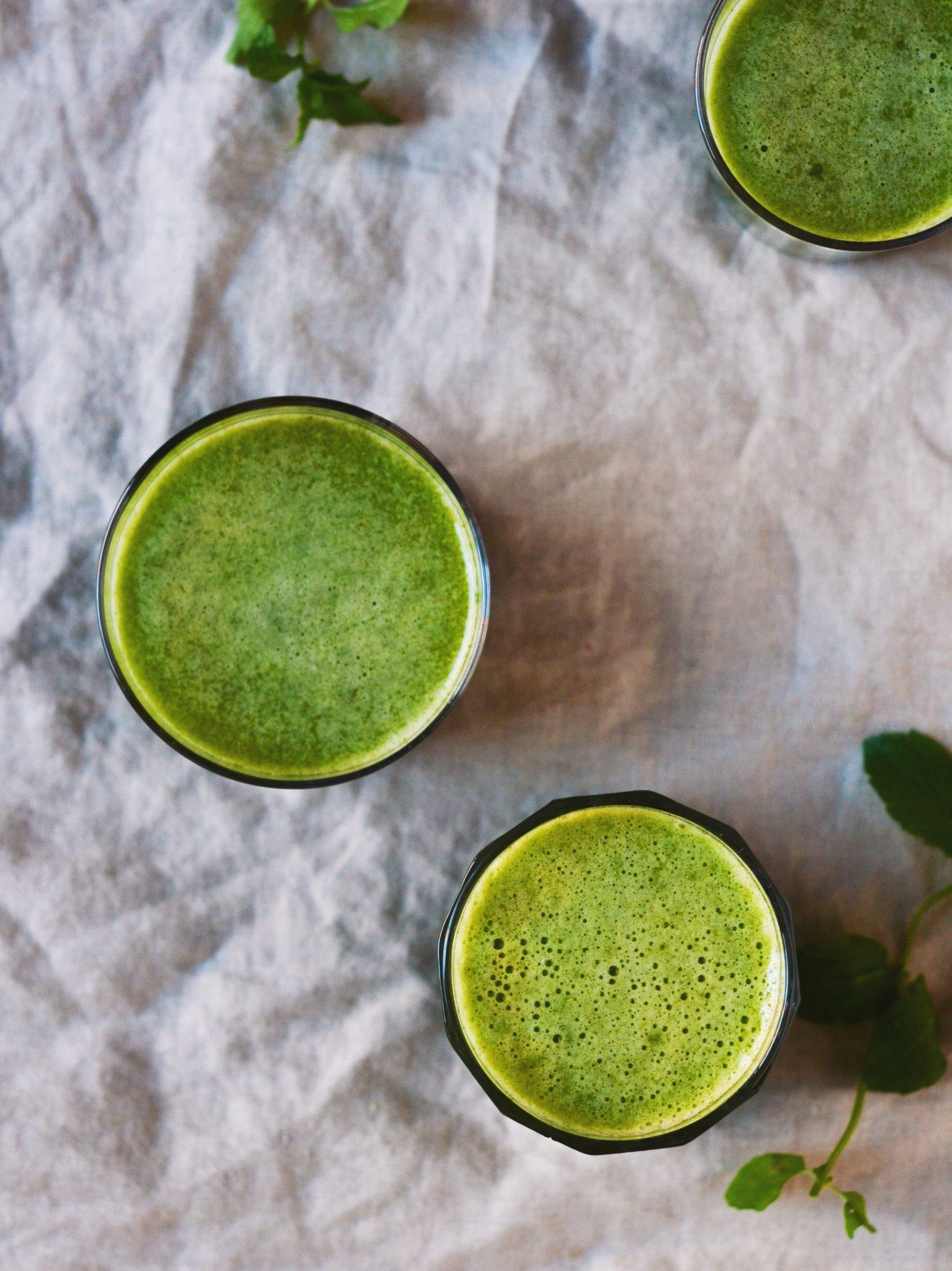 Friskpresset grøn juice med mynte og ananas slow juice