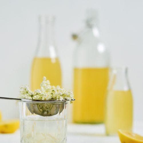 hjemmelavet hyldeblomstsaft med citron