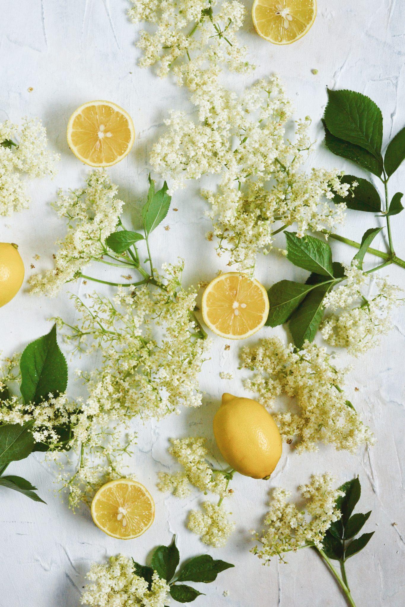 klassisk hjemmelavet hyldeblomstsaft med citron