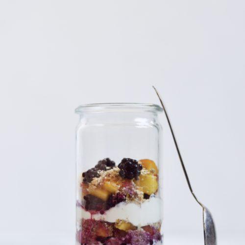 morgenmadstrifli-med-brombaer-müsli-stoev-og nektarin.