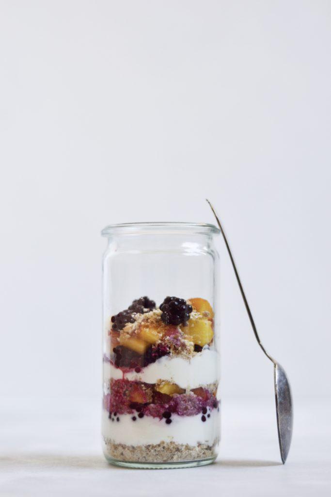 Morgenmadstrifli med skyr, frugt og knas