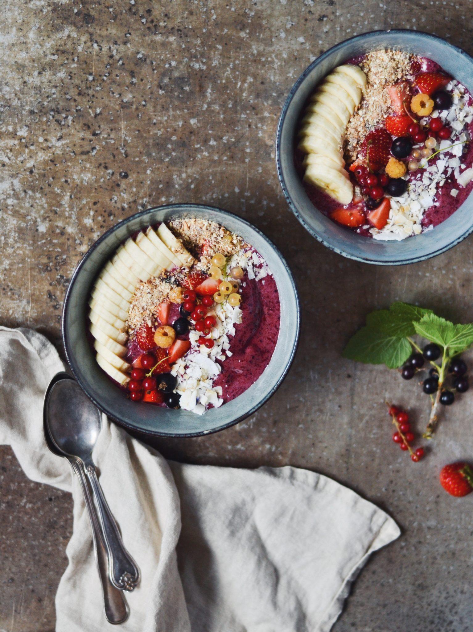 sund smoothiebowl med brombær, blåbær og banan