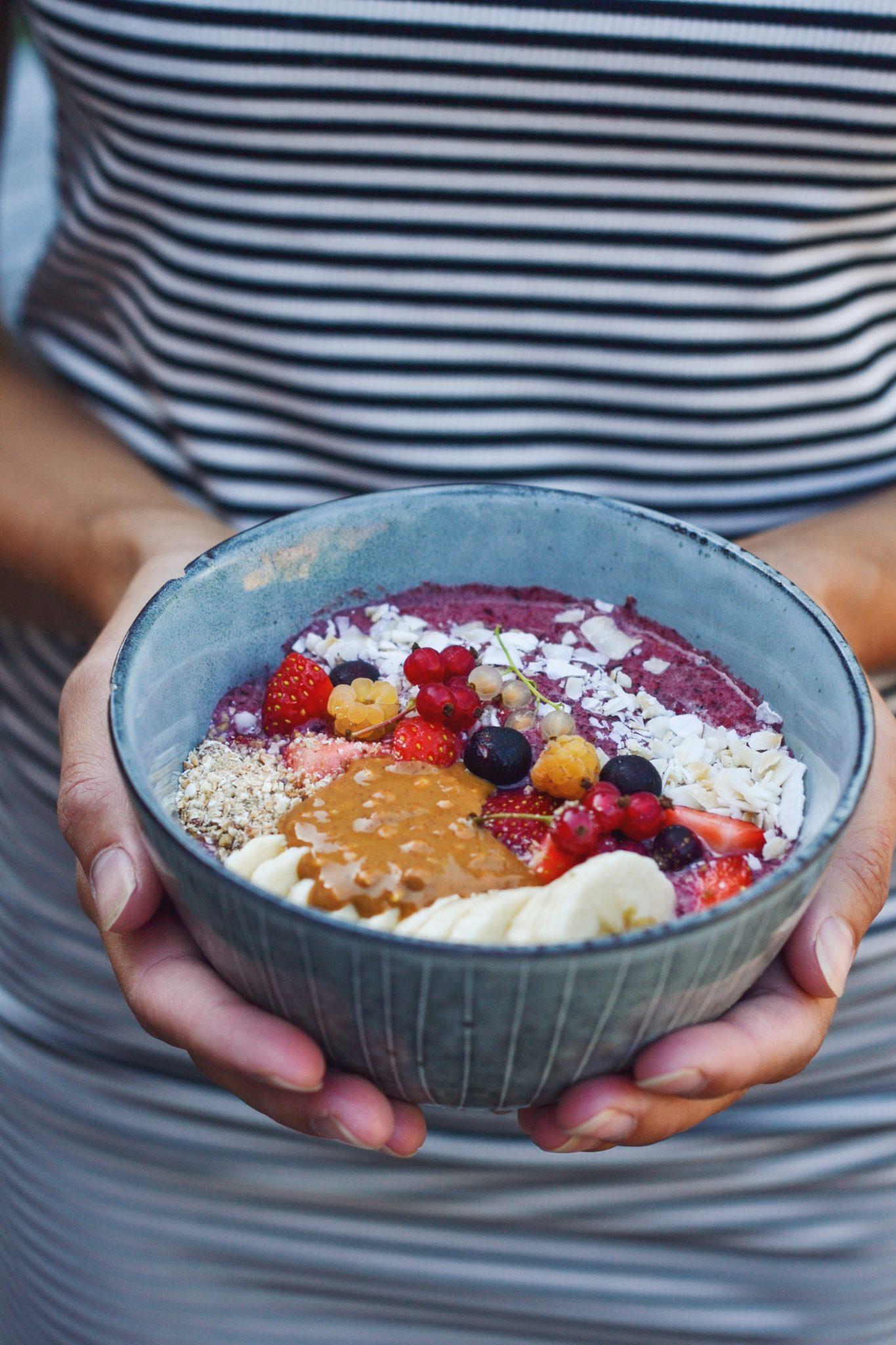 sund smoothie bowl med brombær, blåbær og banan
