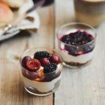 græsk yoghurt skyr med kompot ahornsirup friske bær