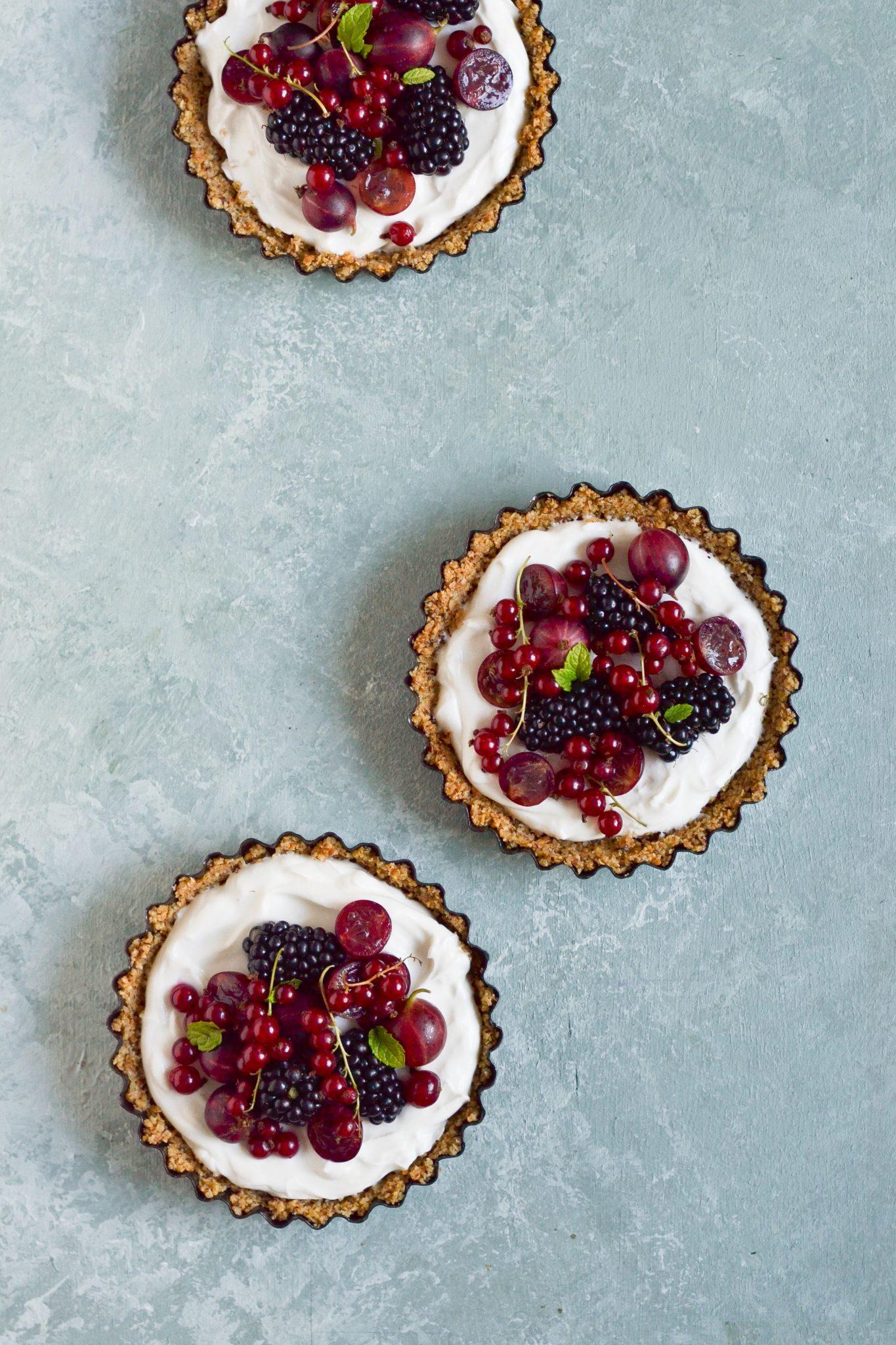 morgenmadstærter med bær og græsk yoghurt