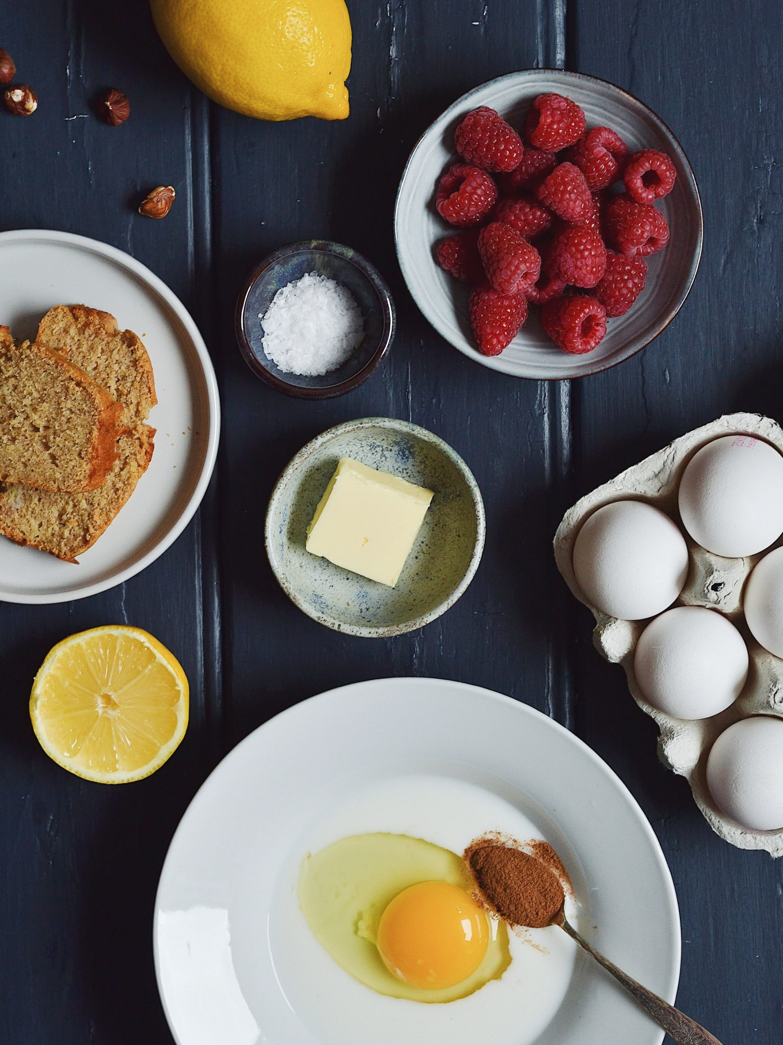 arme riddere med bananbrød, citron og hindbær - french toast