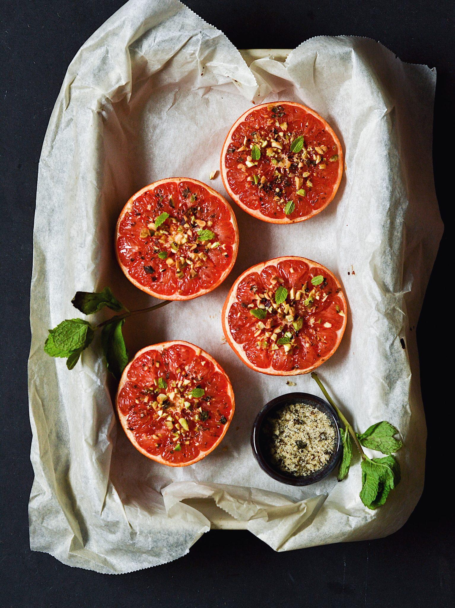 Bagt grapefrugt med myntesukker og pistacienødder