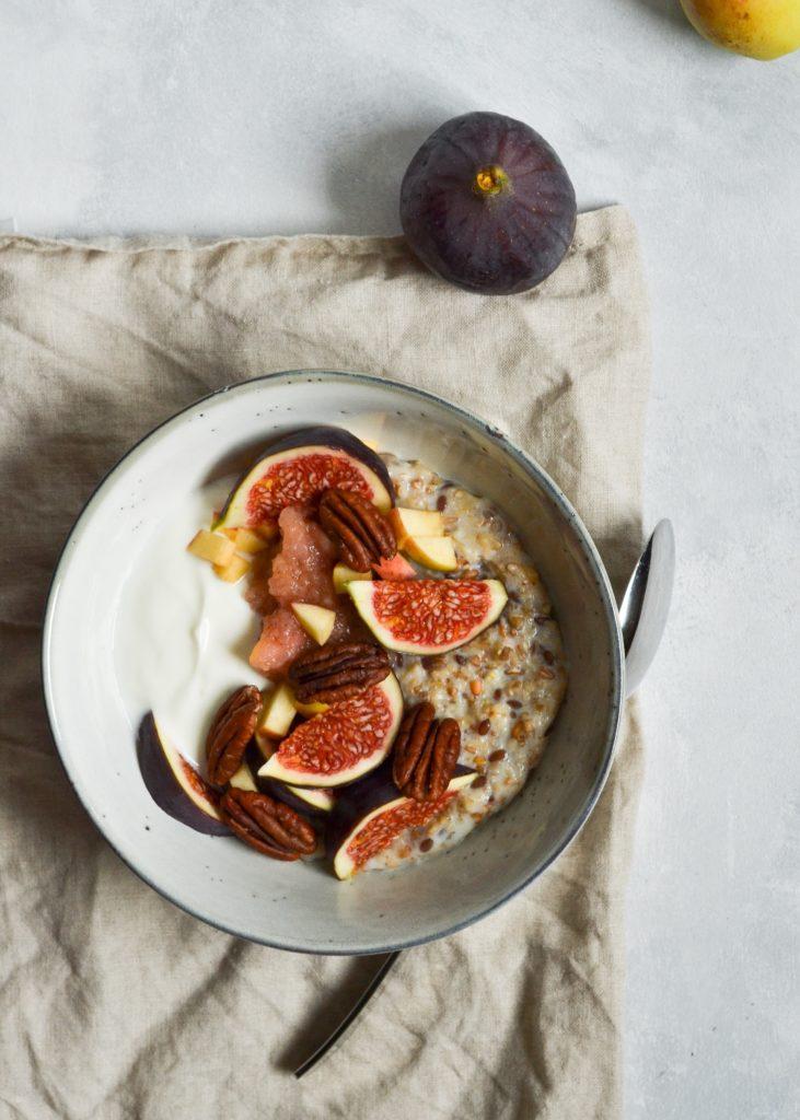 5-kornsgrød med æblekompot og figner
