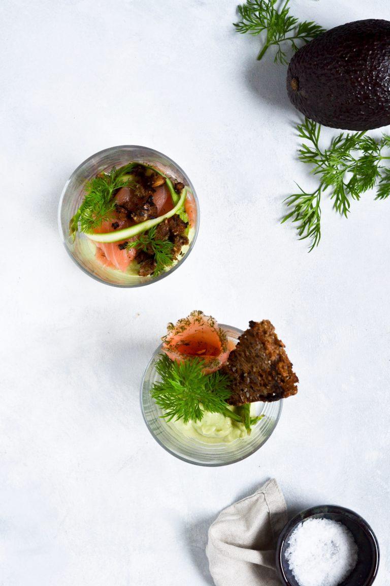 laks-med-avocado-rygeostcreme-og-smoerstegt-rugbroed-