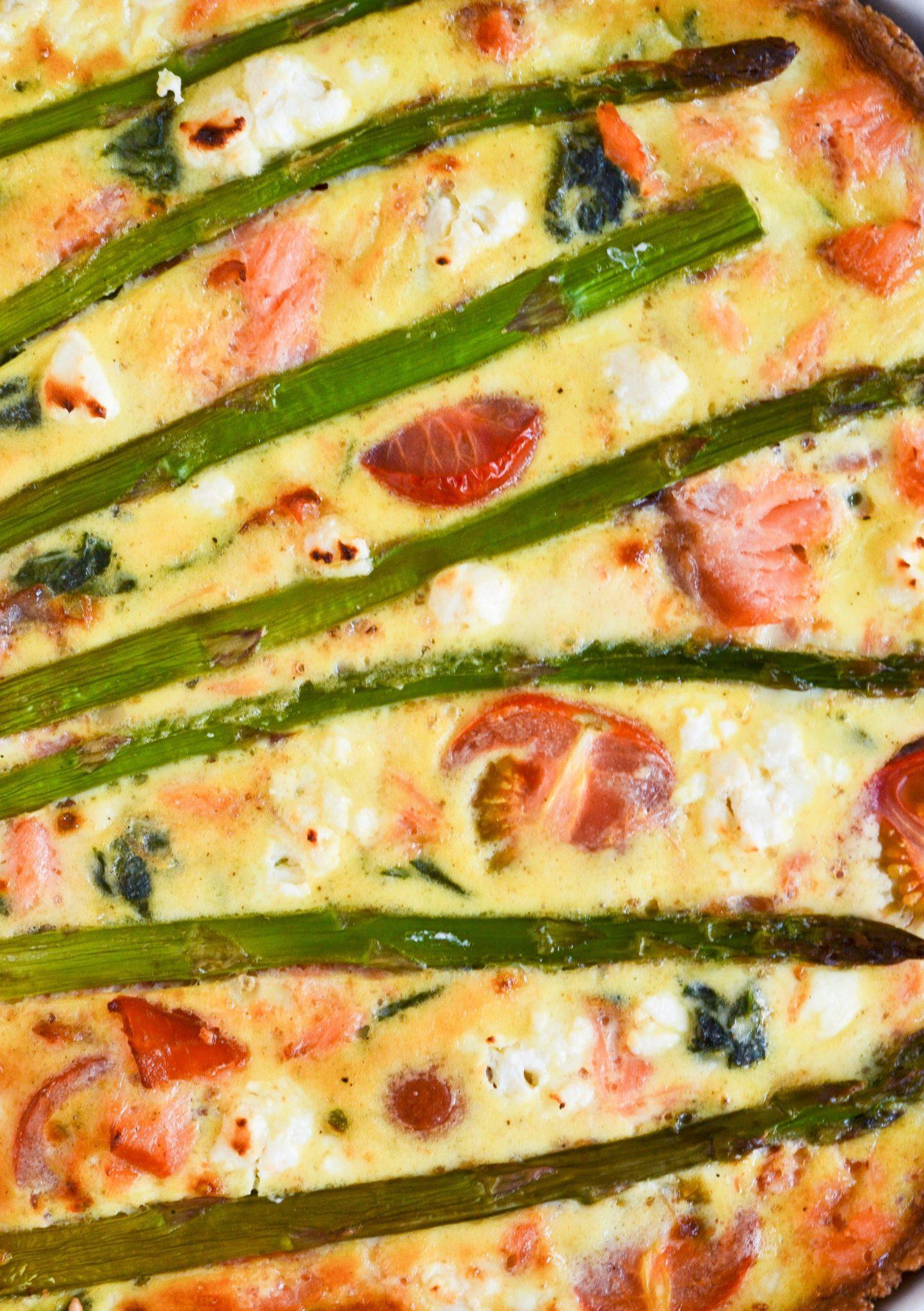 grov laksetaerte med spinat og feta asparges tomat brunchtaerte