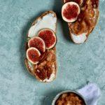 ristet børn med ricotta, figner og æblekompot