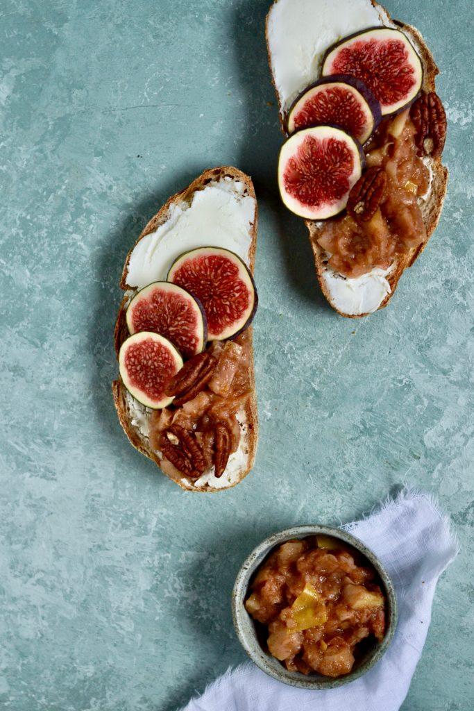 Ristet brød med ricotta og æblekompot