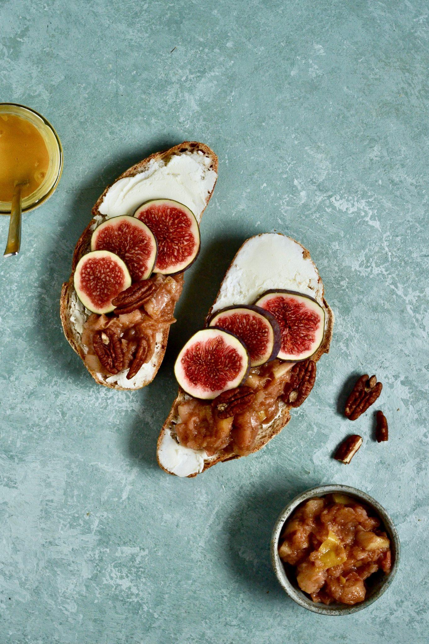ristet brød med ricotta, figner og æblekompot