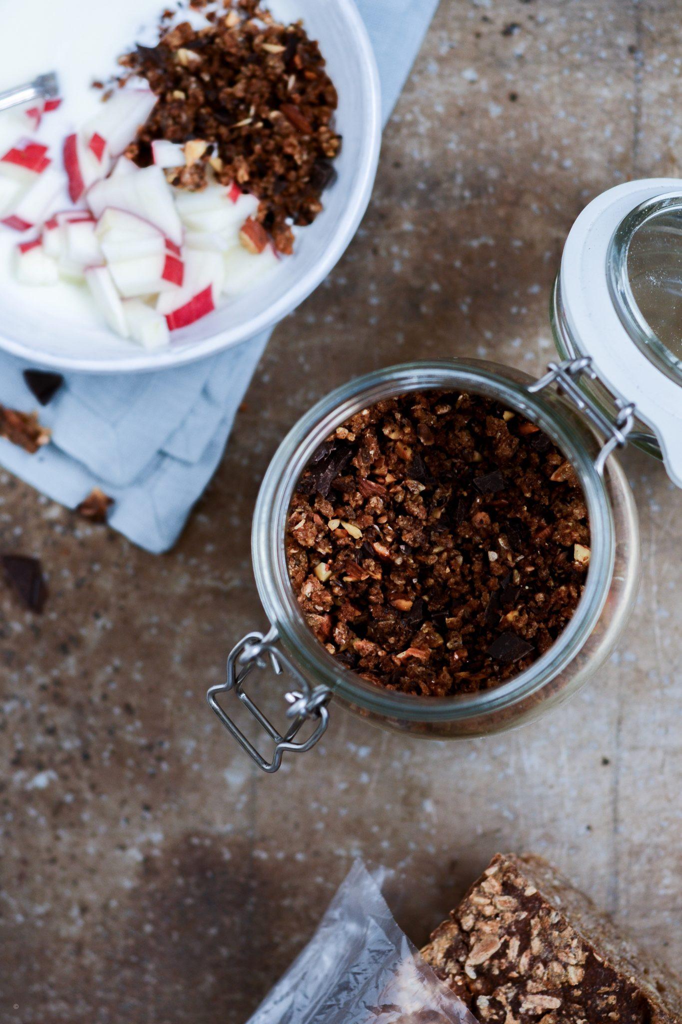 rugbrødsknas med mandler og mørk chokolade til morgenmaden
