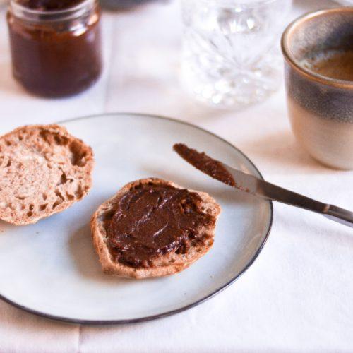 sundere nutella uden tilsat sukker med dadler og hasselnødder