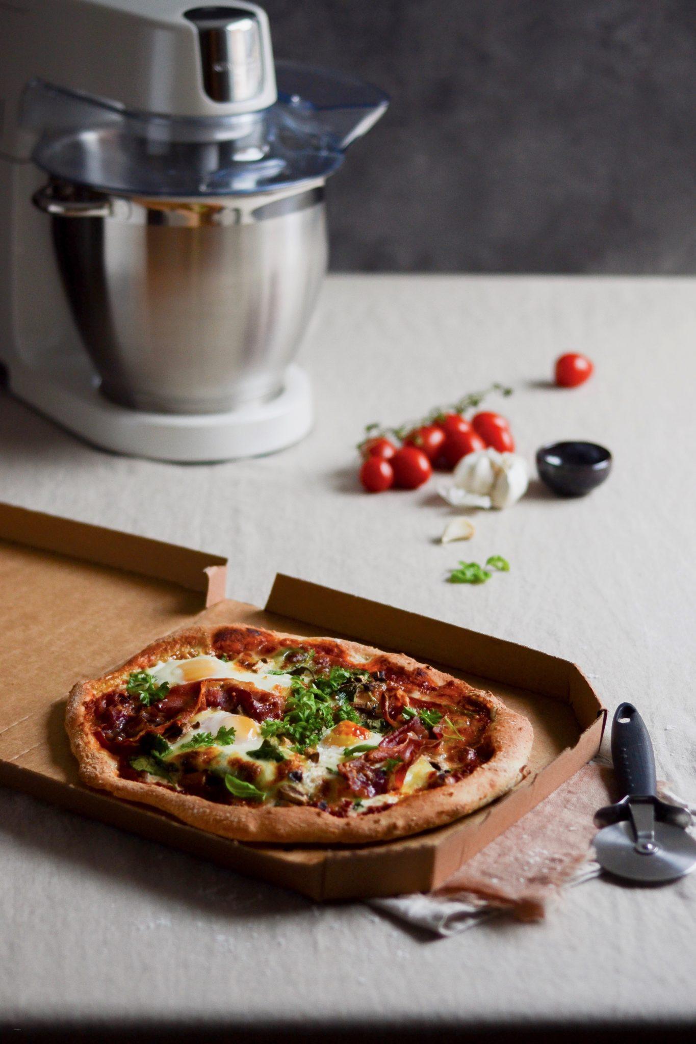 Morgenmadspizza med seranoskinke og æg