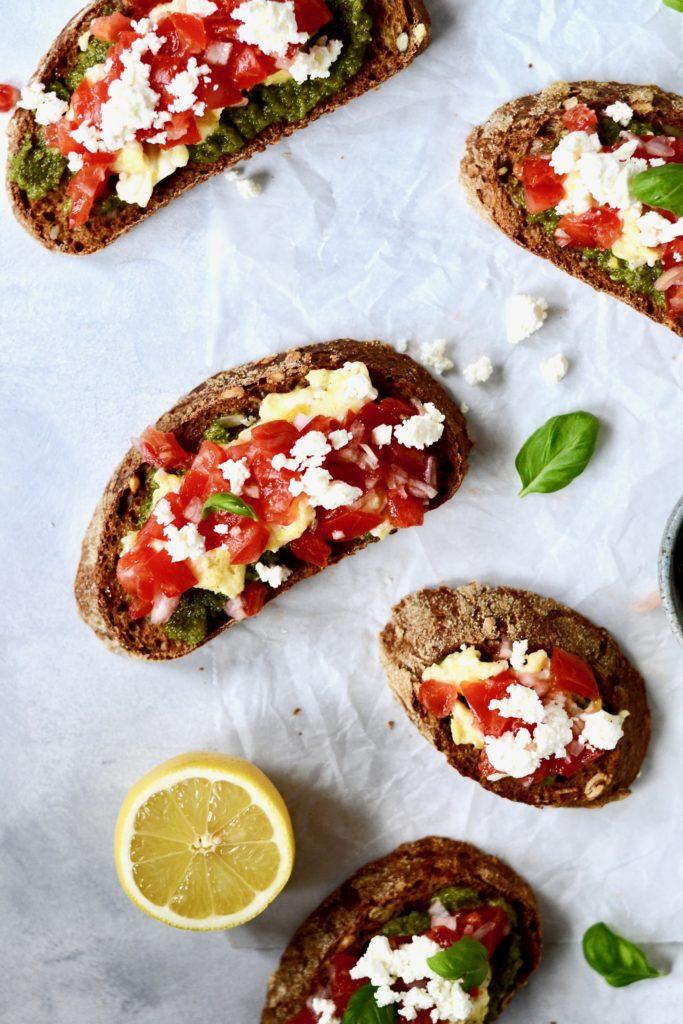 bruschetta-med-tomat-pesto-og-roeraeg