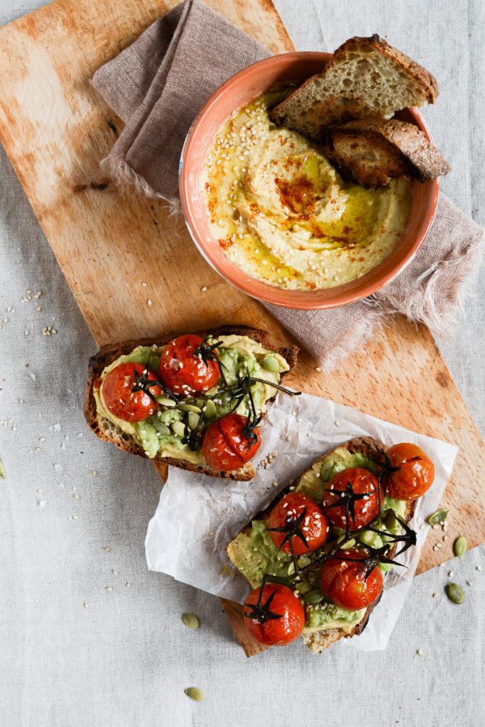 ristet-broed-med-hummus-avocado-bagte-tomater-
