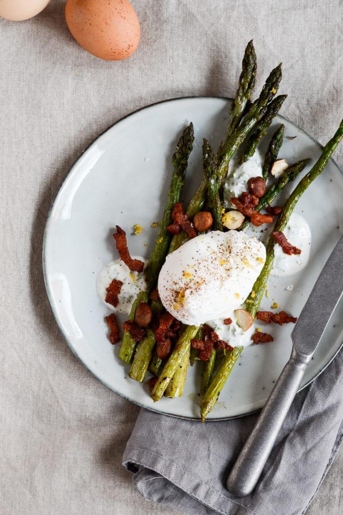 Stegte-asparges-pocheret-aeg-opskrift-bacon-