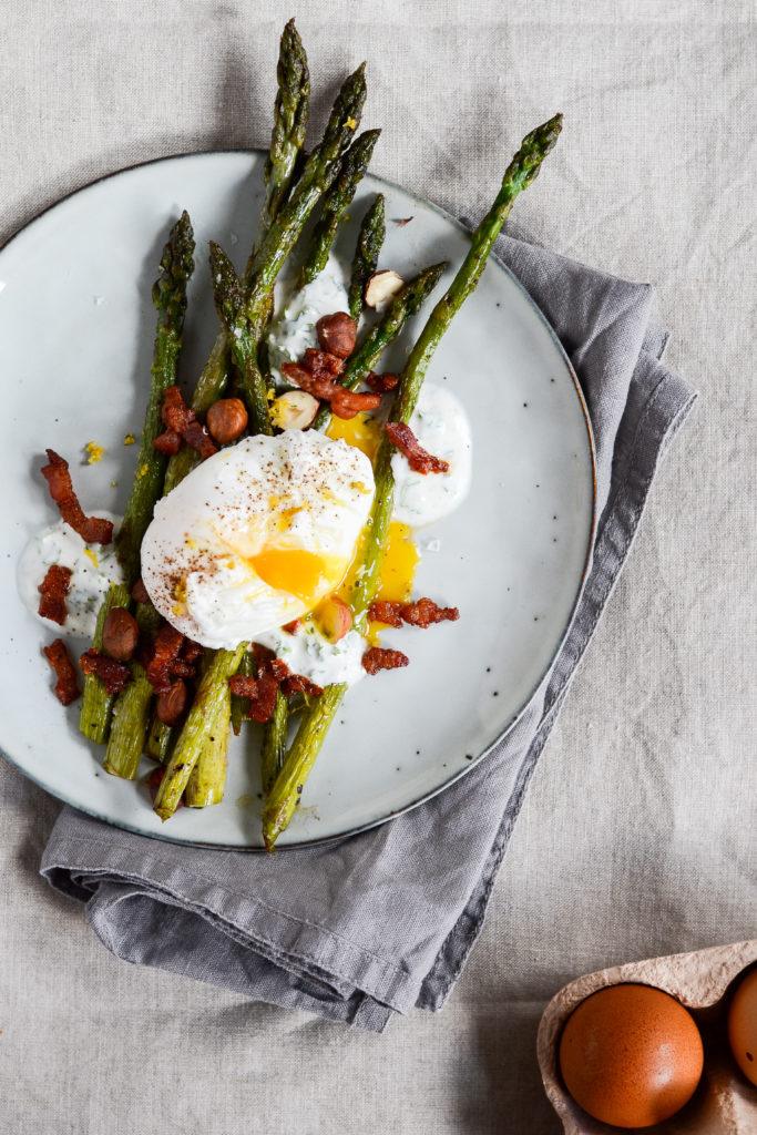 stegte-asparges-bacon-pocheret-aeg