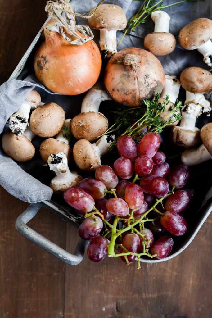 stegte-champignon-med-vindruer-timian-floede-loeg-opskrift