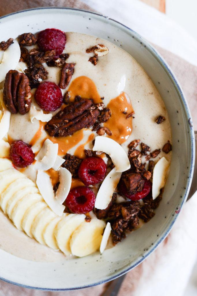 banansmoothie-med-peanutbutter-og-kaffe-opskrift-