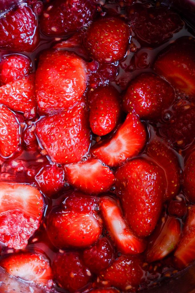 rødgrød-med-fløde-i-2-varianter-morgenmad-dessert-opskrift