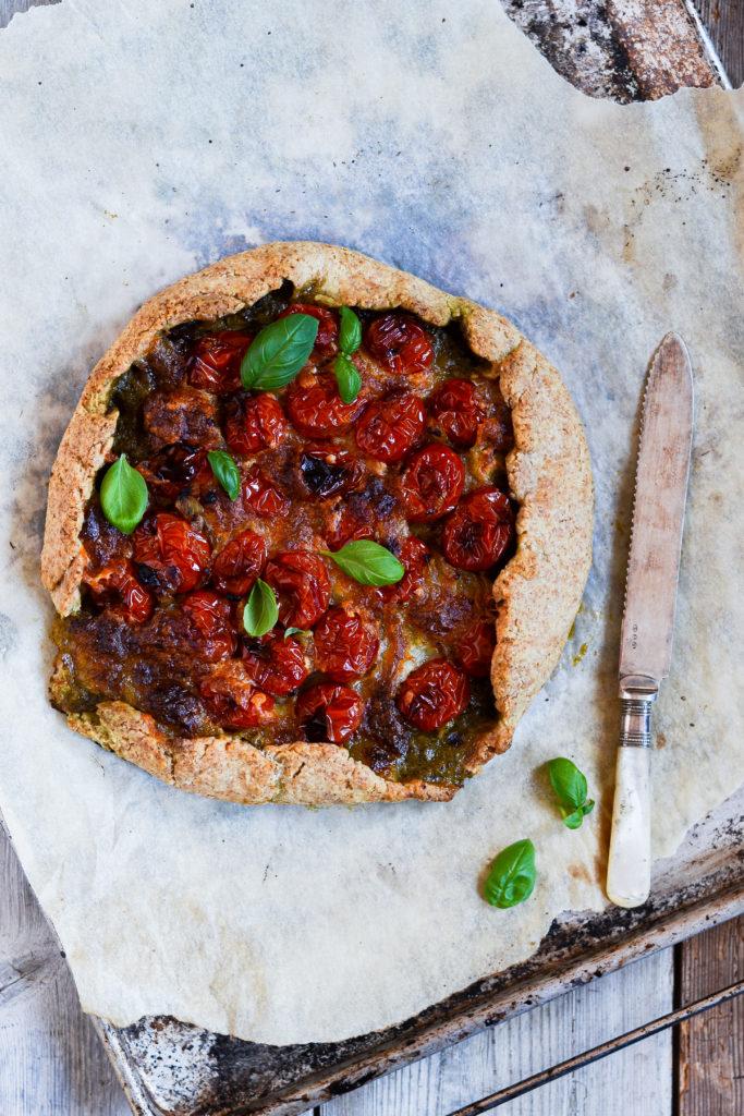 Grov-galette-med-pesto-skinke-bagte-tomater-opskrift-