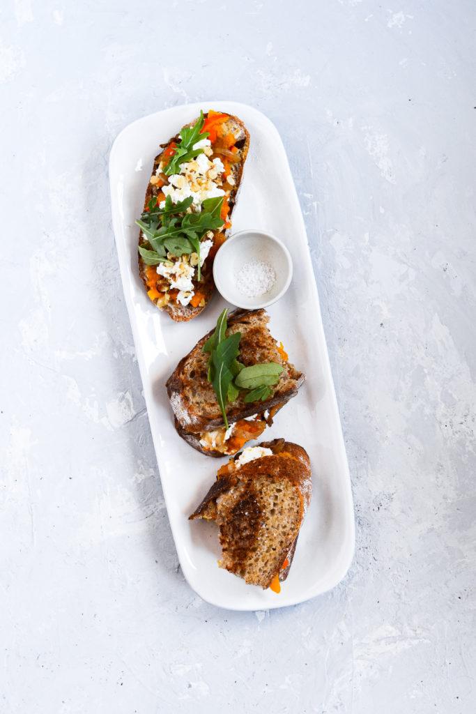 toast med græskar karamelliserede løg feta valnødder