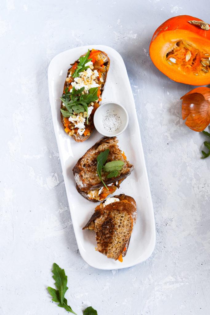 toast-med-graeskar-karamelliserede-loeg-feta-opskrift-1