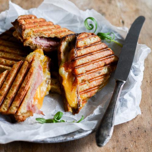 toast-med-skinke-ost-aeble-rosmarin-opskrift