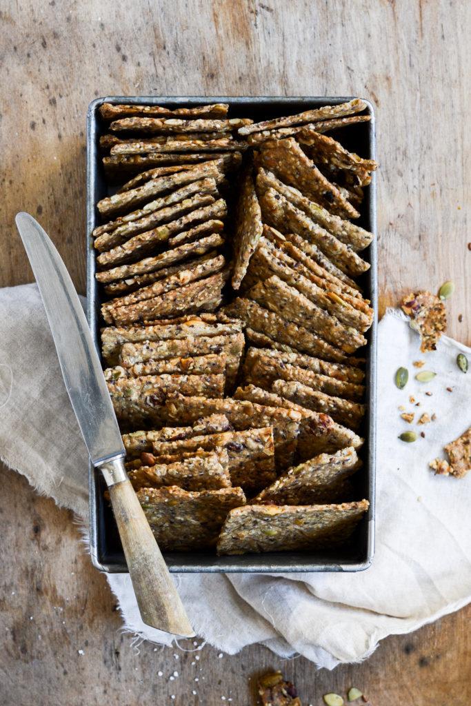 hjemmelavede sprøde knækbrød med kerner, sprø, speltmel og havregryn