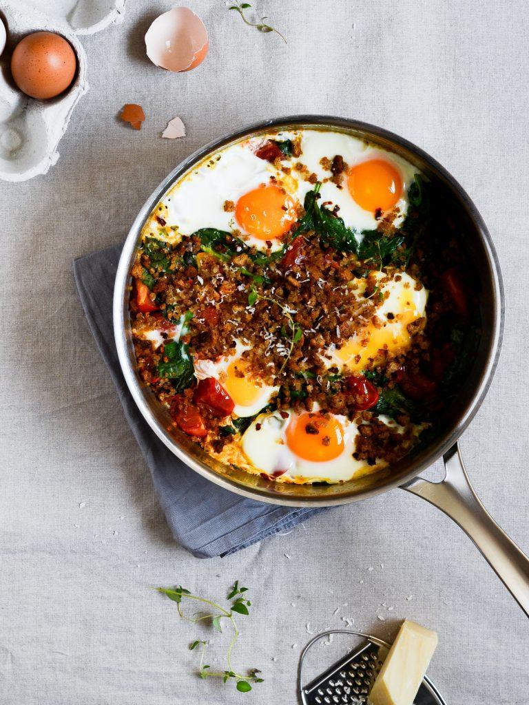 brunchæg-med-spinat-broedkrummer-æg-opskrift-madfotografering-foodstyling-