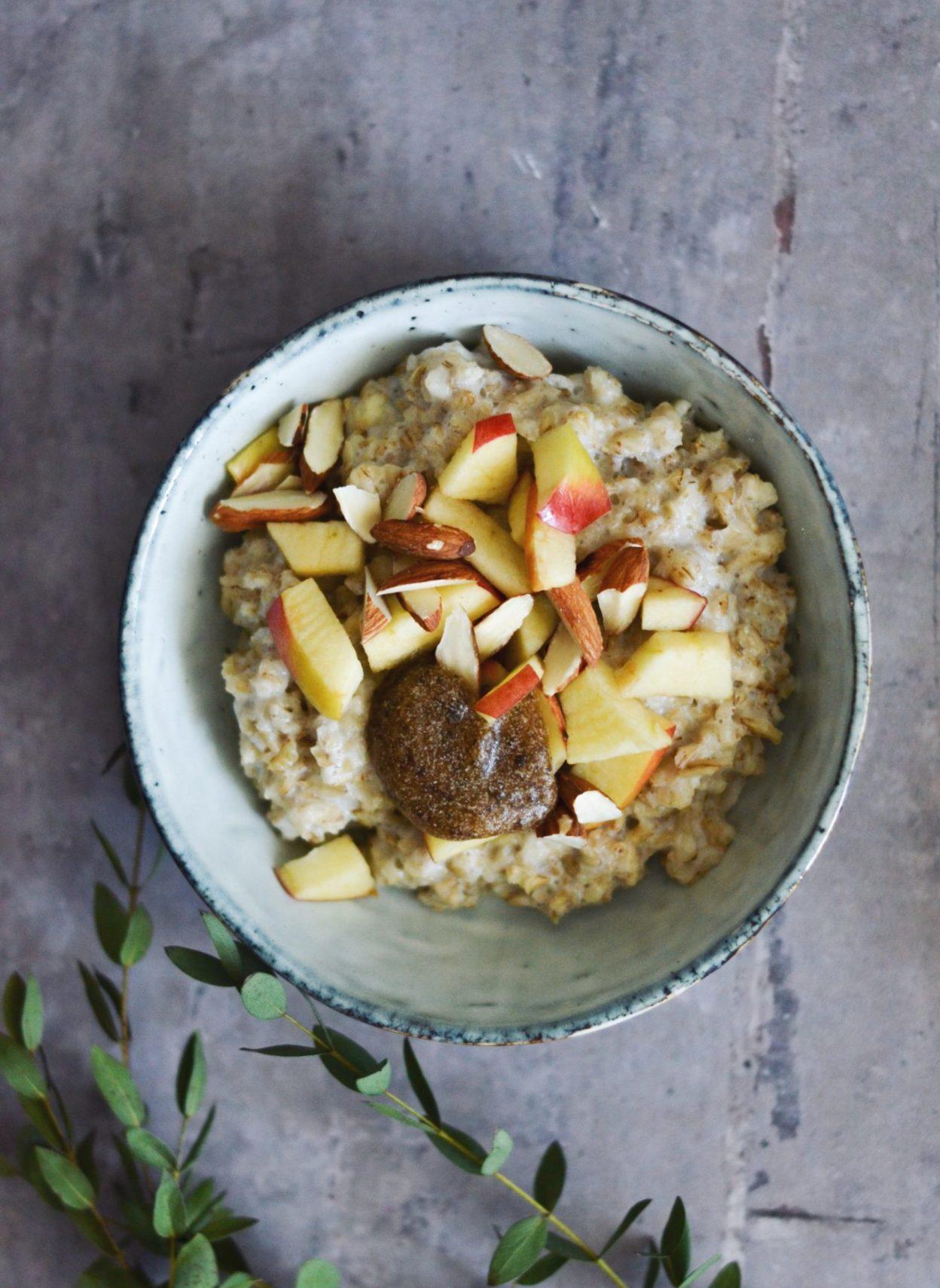 Byggrød med dadelkaramel, æble og mandler