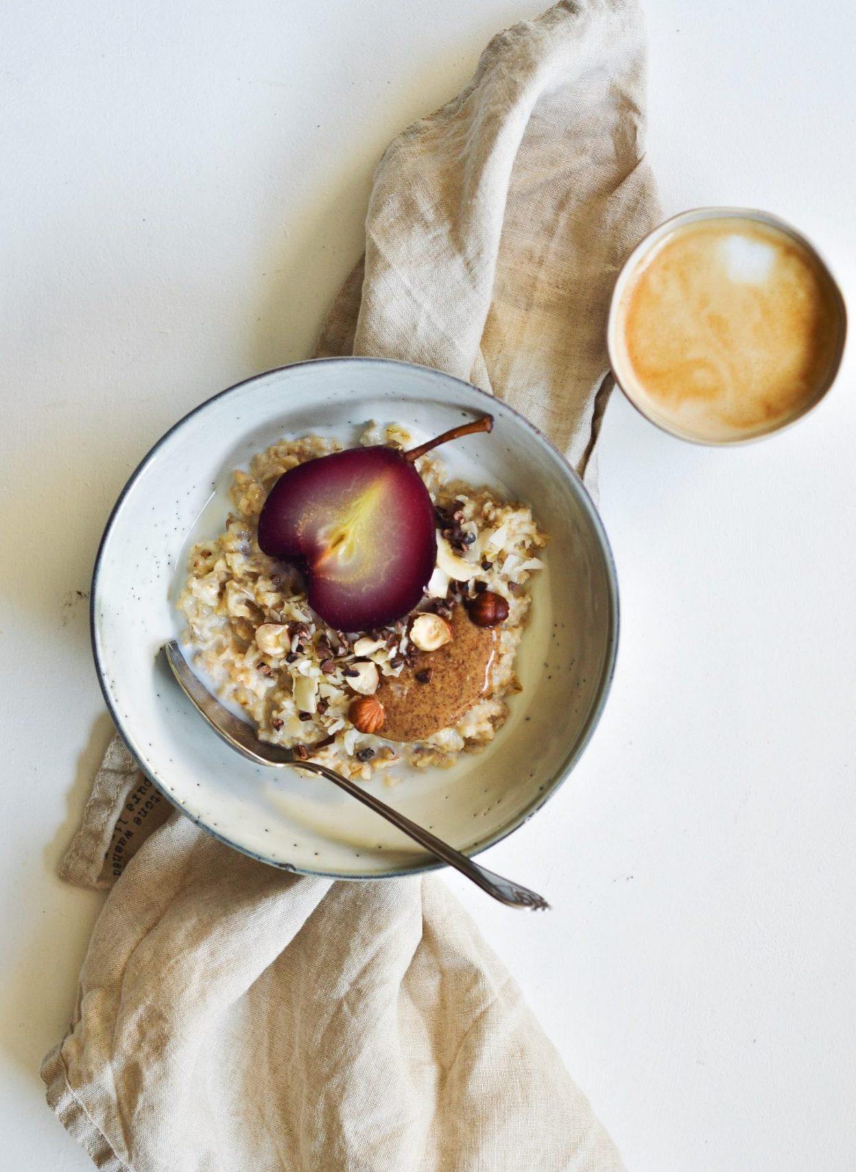 Havre-byg grød med hyldebær-pocheret pære