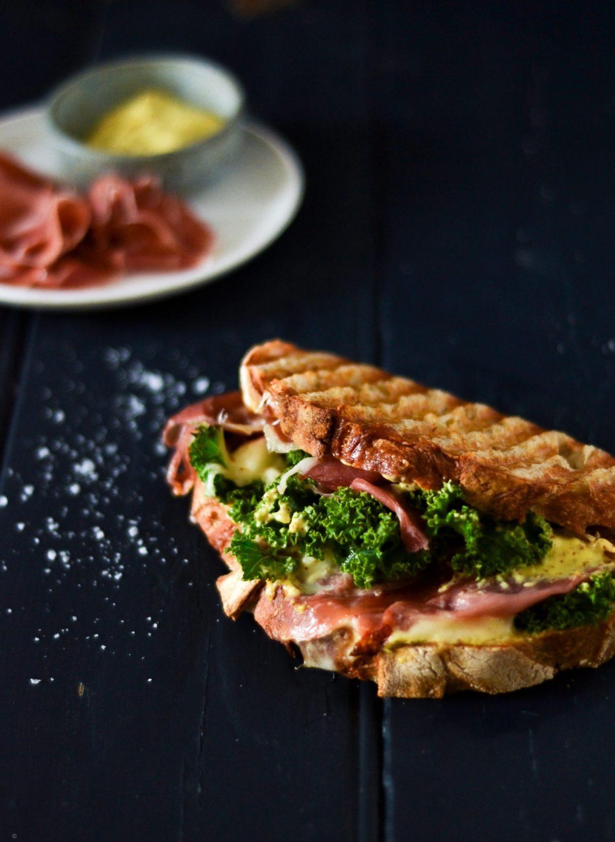panini med seranoskinke, frisk mozerella og sennepsmayonnaise