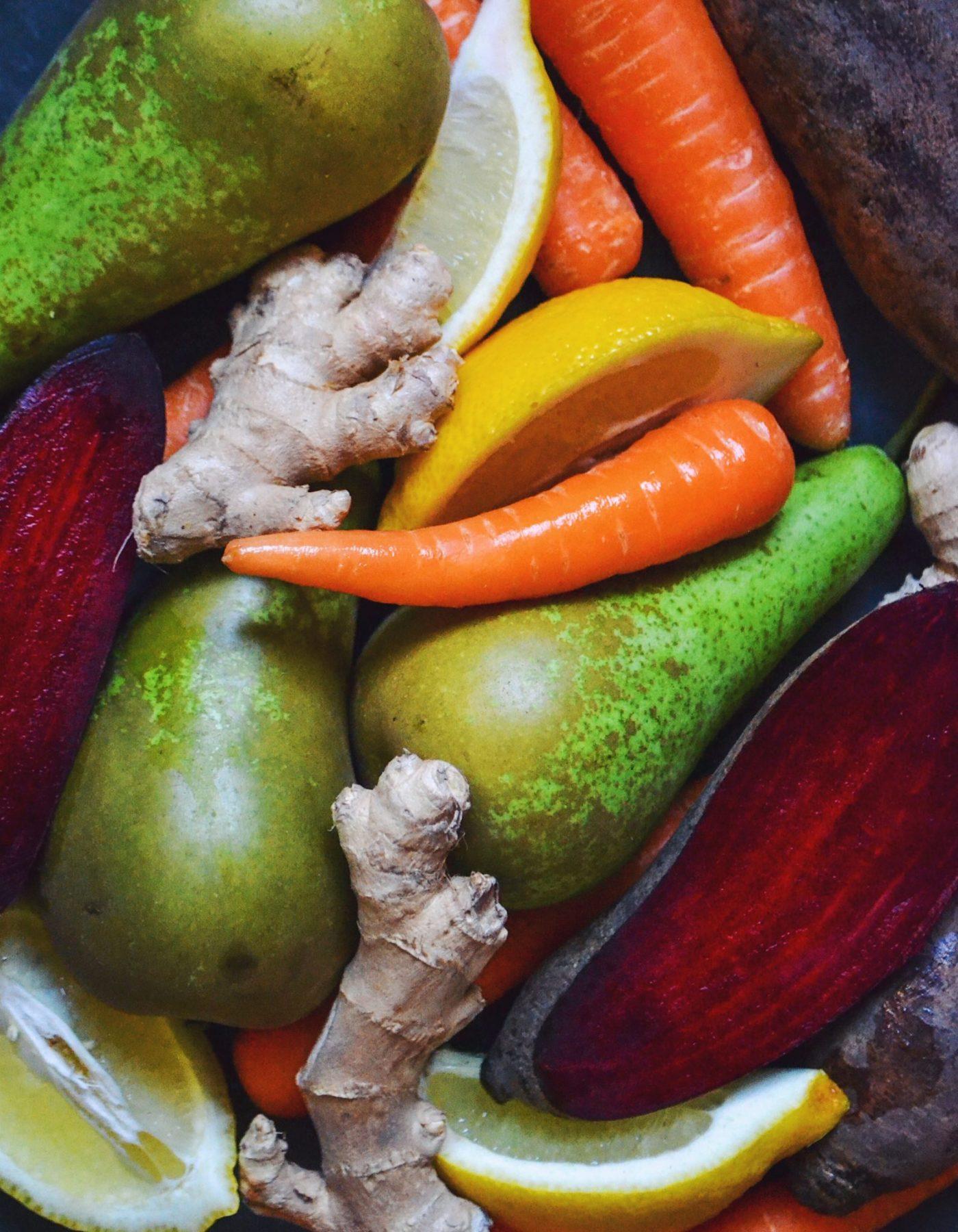slow juice med gulerod pære og ingefær