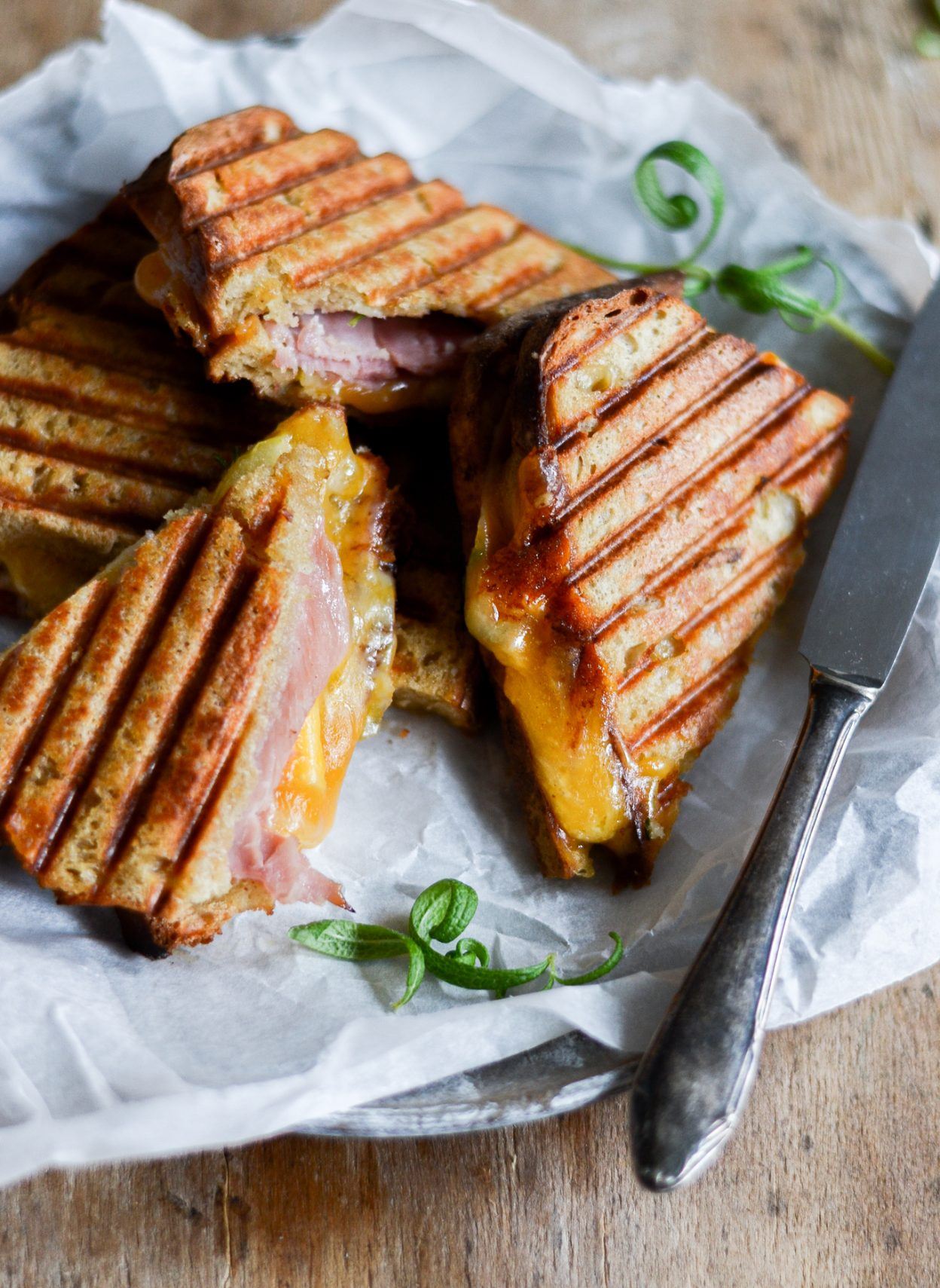 toast-med-skinke-og-ost-grilled-cheese-opskrift