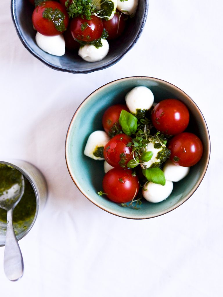 tomat-og-mozzerella-med-basilikumsolie-brunch-idé-3